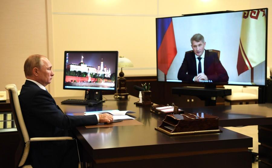 KREMLIN 3 X 4 DU 03.09.2020 Réunion de travail avec le chef par intérim de la République de Tchouvachie Oleg Nikolayev (par vidéoconférence). MAMZVWHCVXbUniP2XbXkAnn54xqLhYlL