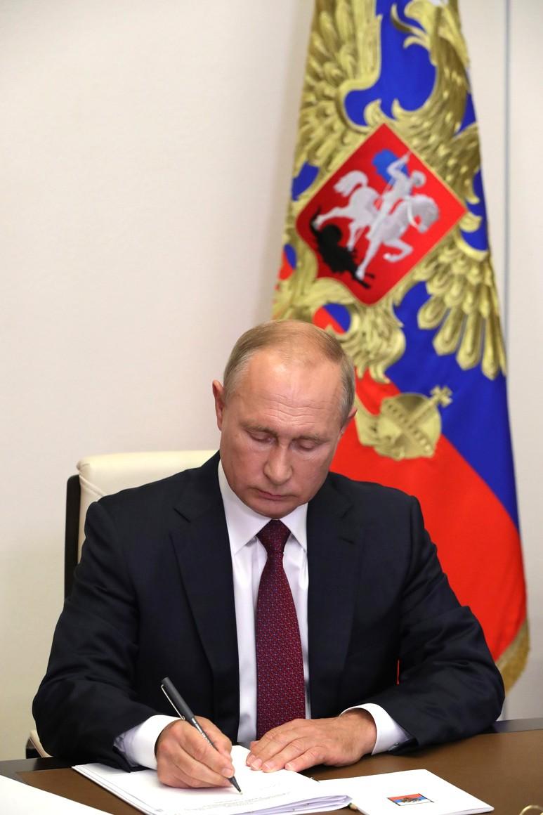 KREMLIN 3 X 5 Vladimir Poutine a assisté, par vidéoconférence, à la leçon nationale RUSSE - Se souvenir, c'est savoir. nKnL1mS6PUq7cpuUytSAdpgAwG7MdNSY