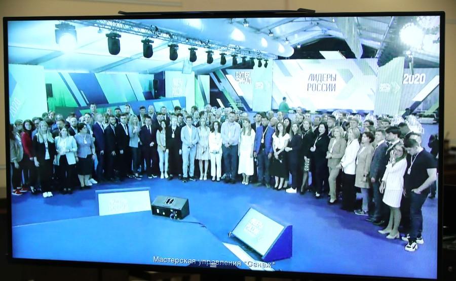 KREMLIN 6 X 6 DU 08.09.2020 Lors d'une réunion par vidéoconférence avec les lauréats du concours national de gestion Leaders of Russia. MVZ5A93lUGKR9OBMlntsduJBQa5Iqf7G