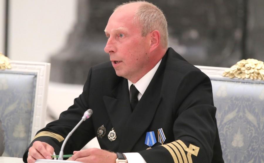 KREMLIN PH 16 X 21 Le capitaine du brise-glace nucléaire Vaigach d'Atomflot, Alexander Skryabin, lors d'une réunion avec les travailleurs de l'industrie nucléaire.