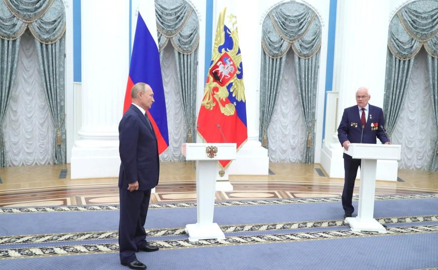 KREMLIN PH 3 X 21 Avant la réunion avec les travailleurs de l'industrie nucléaire, le président a présenté l'étoile du héros du travail à Georgy Rykovanov, conseiller de recherche du Centre nucléaire fédéral russe -