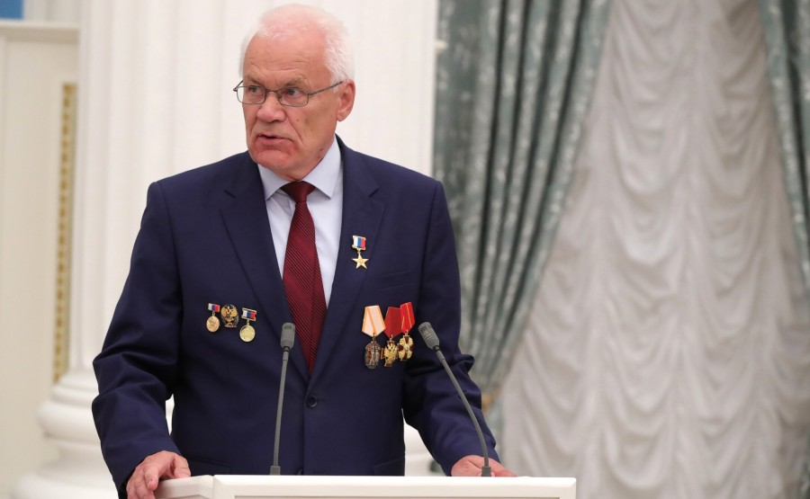 KREMLIN PH 4 X 21 Avant la réunion avec les travailleurs de l'industrie nucléaire, le président a présenté l'étoile du héros du travail à Georgy Rykovanov, conseiller de recherche du Centre nucléaire fédéral russe -
