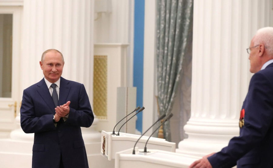 KREMLIN PH 5 X 21 Avant la réunion avec les travailleurs de l'industrie nucléaire, le président a présenté l'étoile du héros du travail à Georgy Rykovanov, conseiller de recherche du Centre nucléaire fédéral russe - I