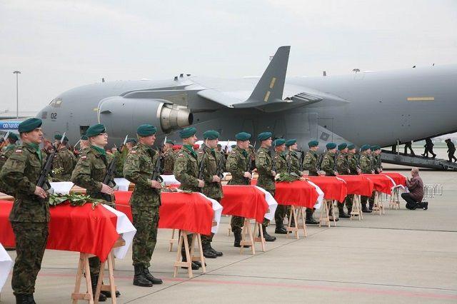 POLOGNE Cercueils avec les corps des victimes de la catastrophe de Smolensk. Photo President.pl 3fdb3b1593646d46003bfcb57a7430e4,860,0,0,0