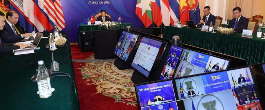 ASEAN-1199x500Le Premier ministre et ministre des affaires étrangères du Vietnam, Pham Binh Minh, préside une réunion vidéo avec les ministres des pays membres de l'Association des nations du Sud-Est, à Hanoï, le 9 septembre 2020.