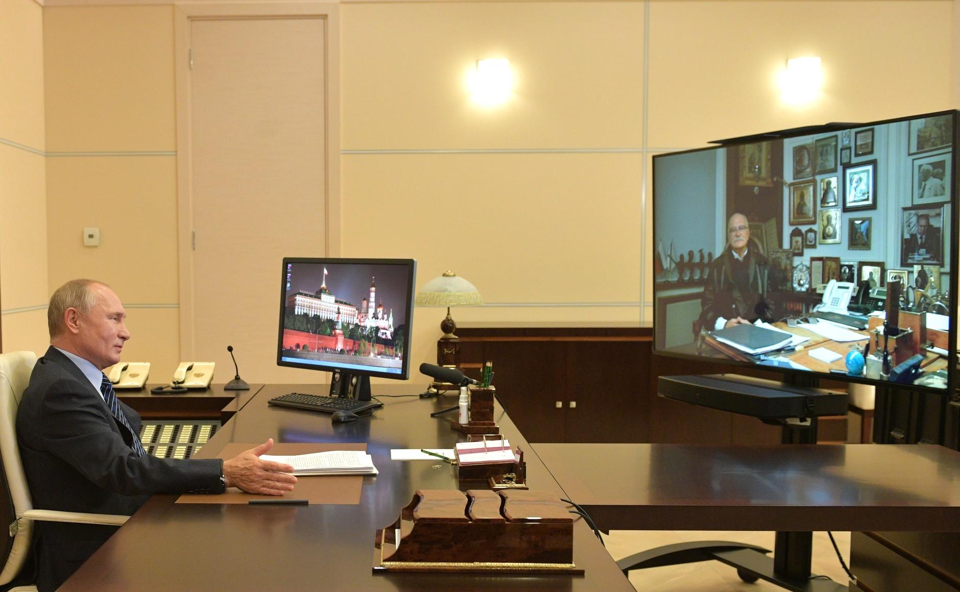 kremlin PH 1 SUR 3 DU 21.10.2020 Rencontre avec Nikita Mikhalkov (par visioconférence).