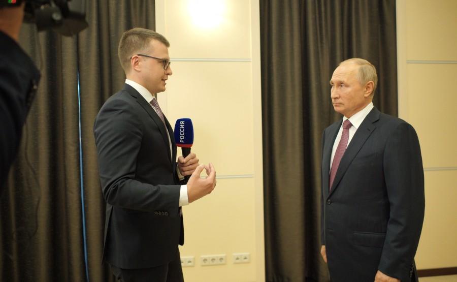 KREMLIN PH 1 X 1 DU 07.10.2020. Vladimir Poutine a répondu aux questions de Pavel Zarubin, journaliste de la chaîne de télévision Rossiya 1, auteur et co-animateur de Moscou. Kremlin. Programme Poutine.