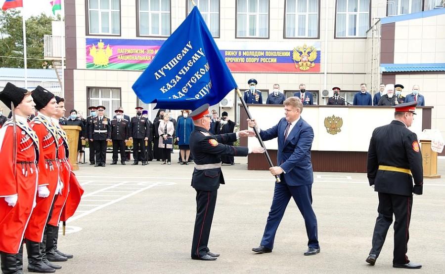 kremlin ph 1 X 3 La bannière présidentielle transférable a été décernée au Yeysk Cossack Cadet Corps pour avoir remporté le concours annuel de revue pour le titre de Best Cossack Cadet Corps. Photo Service de presse