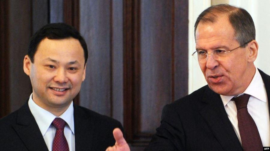 Le ministre russe des Affaires étrangères Sergueï Lavrov (à droite) et son homologue kirghize Ruslan Kazakbaev lors d'une réunion à Moscou fin mars