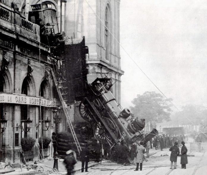 PH 1 La fausse relance ferroviaire de Macron Train_wreck_at_Montparnasse_1895_2-696x587