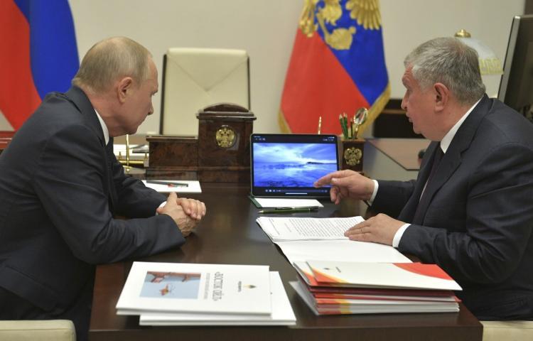 12 mai 2020 son patron Igor Setchine au président russe Vladimir Poutine. Elle prévoit d'accompagner ce projet de la création d'un port pétrolier dans l'Arctique.