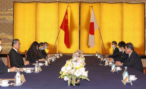 CHINE PH 1 Wang Yi s'entretient avec le Ministre japonais des Affaires étrangères Toshimitsu Motegi 24.11.2020