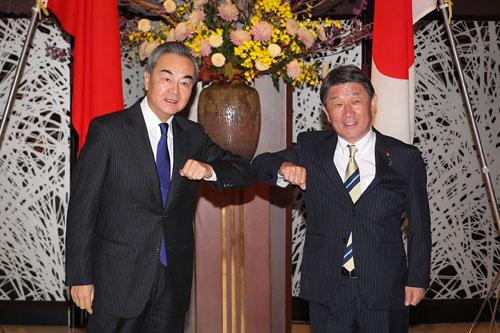 CHINE PH 2 Wang Yi s'entretient avec le Ministre japonais des Affaires étrangères Toshimitsu Motegi 24.11.2020