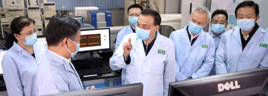 Chinese Premier Li Keqiang inspects the Institute of Pathogen Biology at the Chinese Academy of Medical Sciences in Beijing