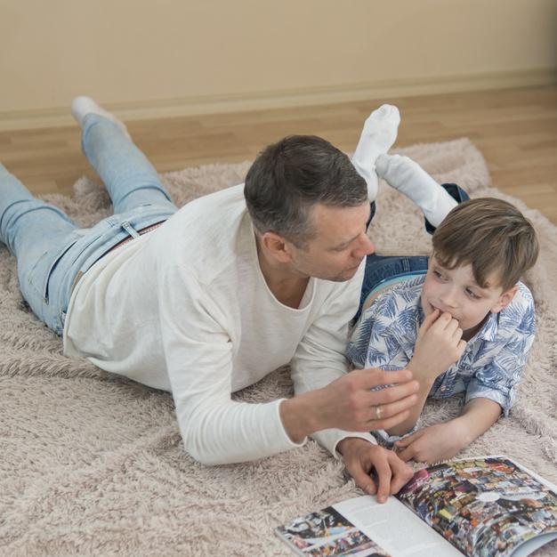 Père et fils en lecture commune (Photo de.freepik.com)