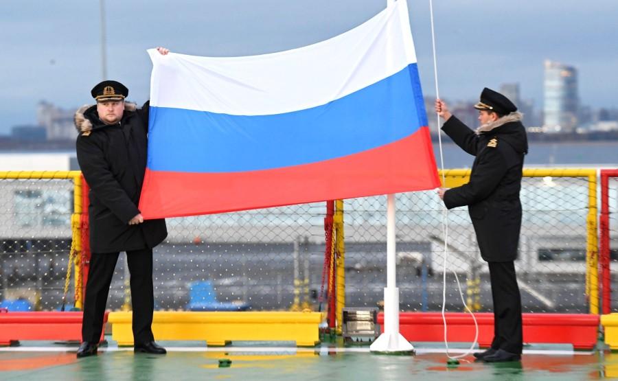 RUSSIE KREMLIN 1 XX 13 Drapeau national de la Fédération de Russie hissé sur le brise-glace Viktor Chernomyrdin