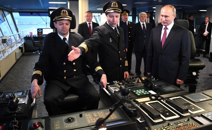 RUSSIE KREMLIN 11 XX 13 Drapeau national de la Fédération de Russie hissé sur le brise-glace Viktor Chernomyrdin
