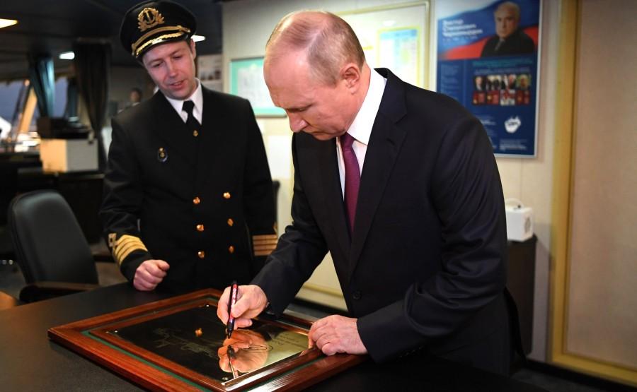 RUSSIE KREMLIN 13 XX 13 Drapeau national de la Fédération de Russie hissé sur le brise-glace Viktor Chernomyrdin