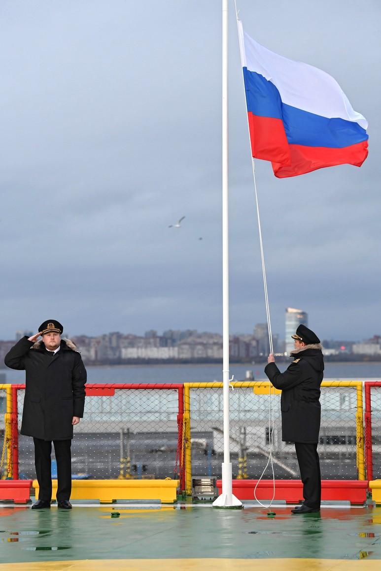 RUSSIE KREMLIN 2 XX 13 Drapeau national de la Fédération de Russie hissé sur le brise-glace Viktor Chernomyrdin