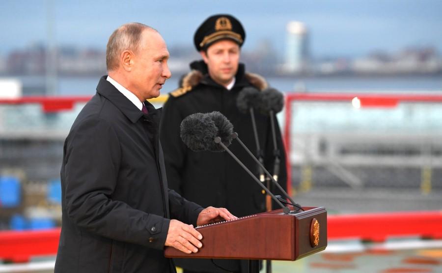 RUSSIE KREMLIN 5 XX 13 Drapeau national de la Fédération de Russie hissé sur le brise-glace Viktor Chernomyrdin