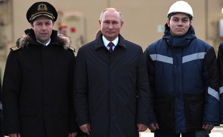 RUSSIE KREMLIN 9 XX 13 Drapeau national de la Fédération de Russie hissé sur le brise-glace Viktor Chernomyrdin