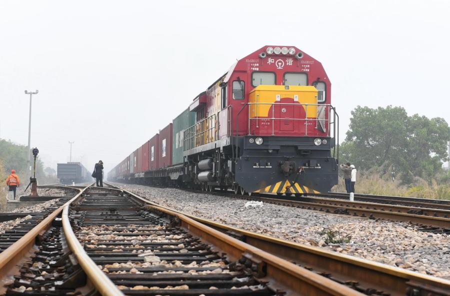 Un train de marchandises effectuant le trajet en Xiamen, en Chine, et Budapest, en Hongrie, le 19 janvier 2018. Dix-huit jours sont nécessaires pour rallier les deux villes. PHOTO - Xinhua -Lin Shanchuan via AFP