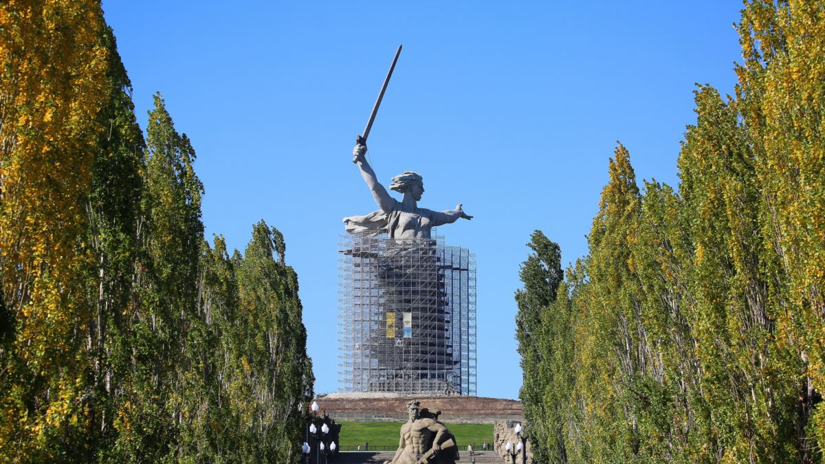 Érigée en 1967 dans la ville anciennement connue sous le nom de Stalingrad, cette statue épique est une image allégorique de la patrie qui appelle ses habitants à conjurer l'agresseur, l'Allemagne nazie et ses alliés.