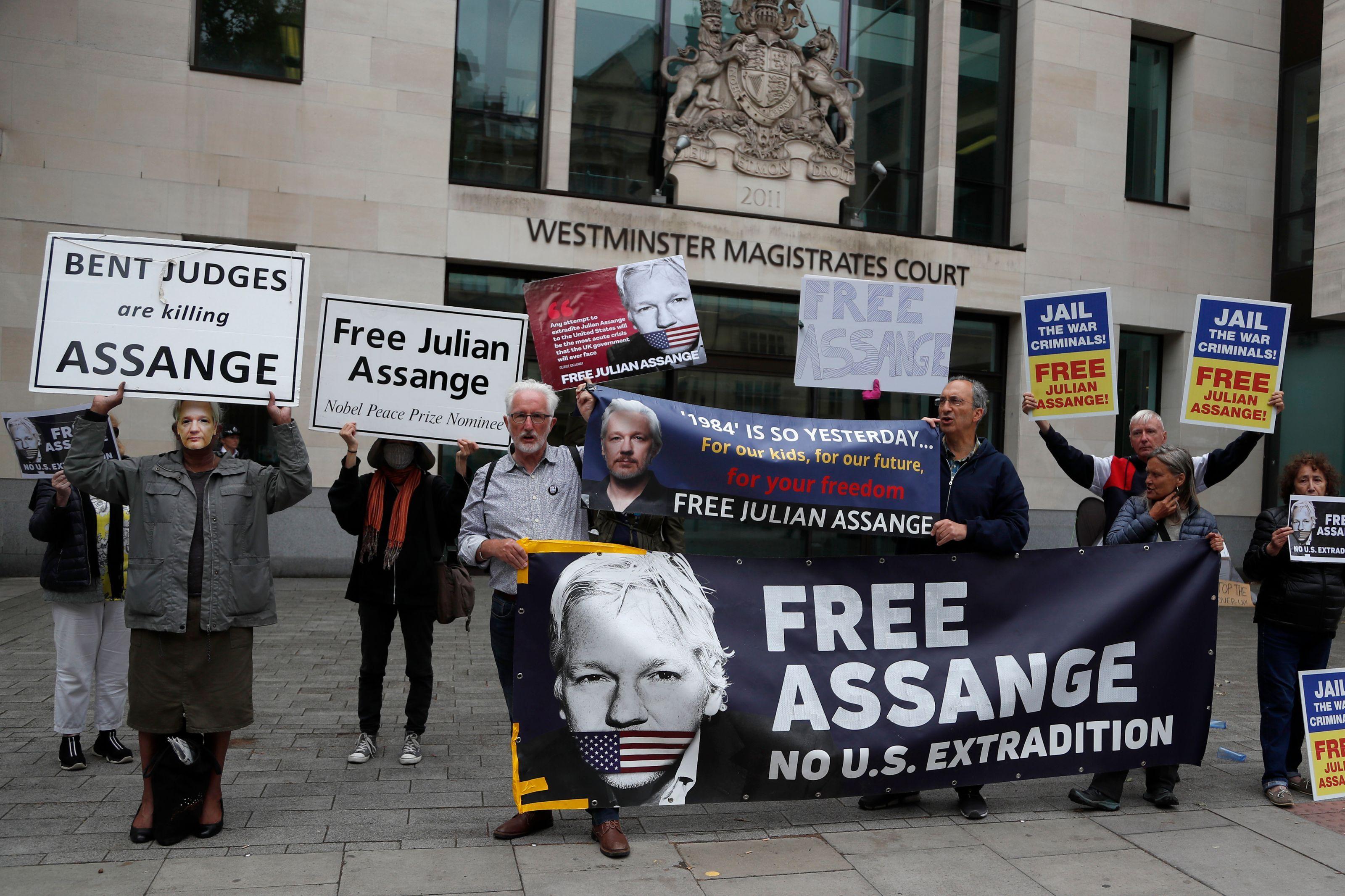 julian_assange_supporters_3200