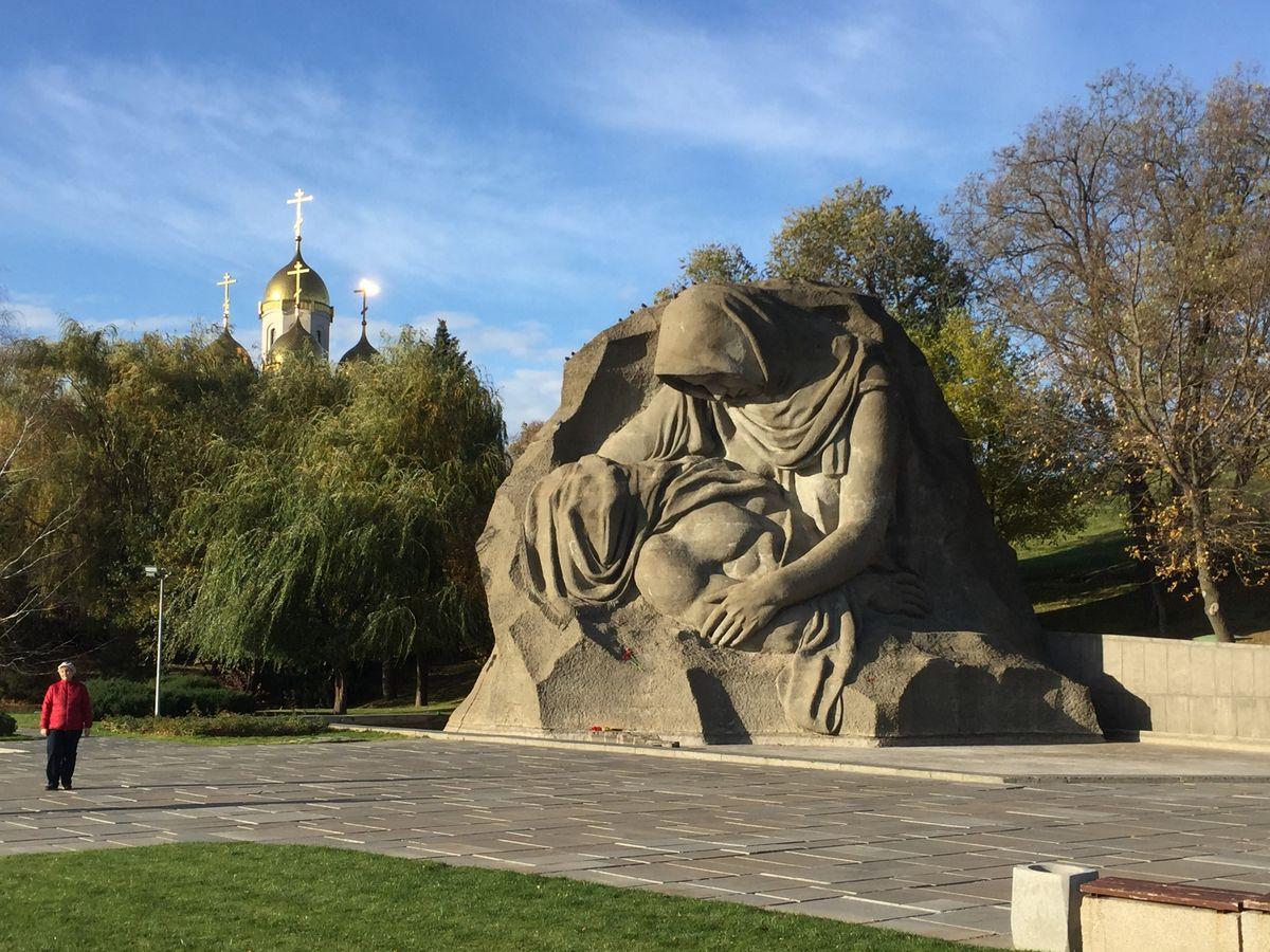 «La mère en deuil», hommage à son fils tombé au front. Sculpture au Mémorial de la colline Mamayev. «Nous, à Volgograd, n'oublierons jamais la guerre.» (photo jae)