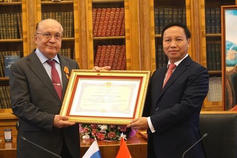L'ambassadeur du Vietnam en Russie, Ngô Duc Manh (droite), remet l'Ordre de l'Amitié de l'État vietnamien au recteur de l'Université d'État de Moscou Lomonossov (MGU).