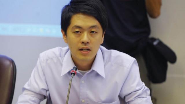 l'ancien membre du Conseil législatif de Hong Kong Ted Hui Chi-fung s'est « exilé » au Danemark