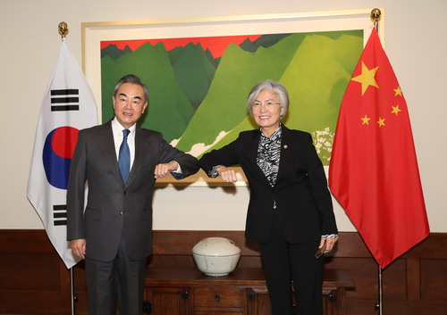 Le 26 novembre 2020, heure locale, le Conseiller d'État et Ministre des Affaires étrangères Wang Yi, s'est entretenu avec la Ministre des Affaires étrangères de la République de Corée Kang Kyung