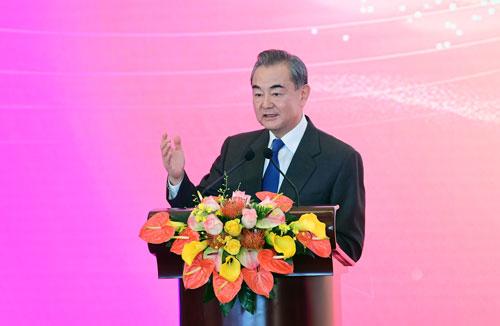 Le Conseiller d'État Wang Yi a improvisé un discours sur invitation. Selon lui, l'épidémie de COVID-19 affecte les échanges en face-à-face mais ne peut pas empêcher la transmission de l'amour