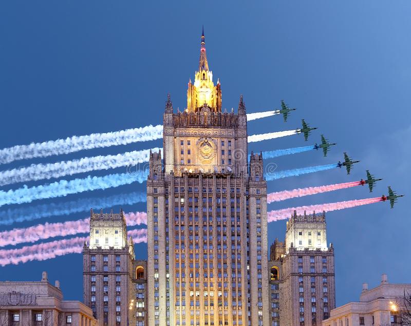 le-ministère-des-affaires-étrangères-de-la-fédération-de-russie-et-les-avions-militaires-russes-volent-dans-la-formation-70040453