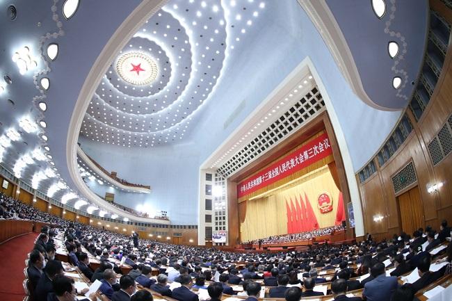 Les députés participent à la deuxième réunion plénière de la troisième session de la 13e Assemblée populaire nationale (APN), le 25 mai 2020 au Grand Palais du Peuple, à Beijing. [Photo-Xinhua]