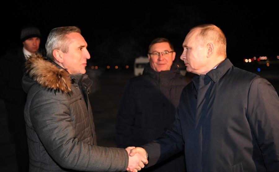 PH 1 XX 5 Vladimir Poutine est arrivé à Tobolsk. Avec le gouverneur de la région de Tioumen Alexander Moor (à gauche) et l'envoyé présidentiel plénipotentiaire auprès du district fédéral de l'Oural, Vladimir Yakushev.