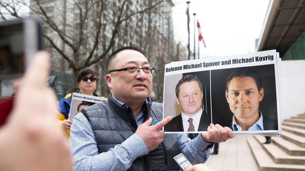 une-image-des-canadiens-michael-spavor-et-michael-kovrig-est-brandie-par-l-activiste-de-vancouver-freedom-and-democracy-for-china-louis-huang-le-6-mars-2019-a-vancouver_6180172