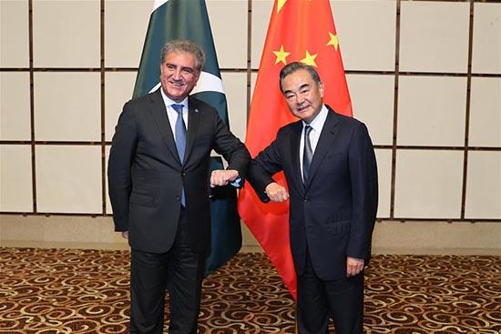 Wang Yi, conseiller d'Etat et ministre des Affaires étrangères de la Chine, le ministre pakistanais des Affaires étrangères Shah Mahmood Qureshi