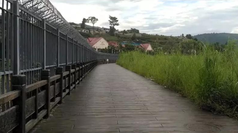 La Chine aurait déjà construit 659 km de mur sur la frontière avec la Birmanie, comme cette section érigée à Wanding dans le Yunnan. (Source Newsweek)