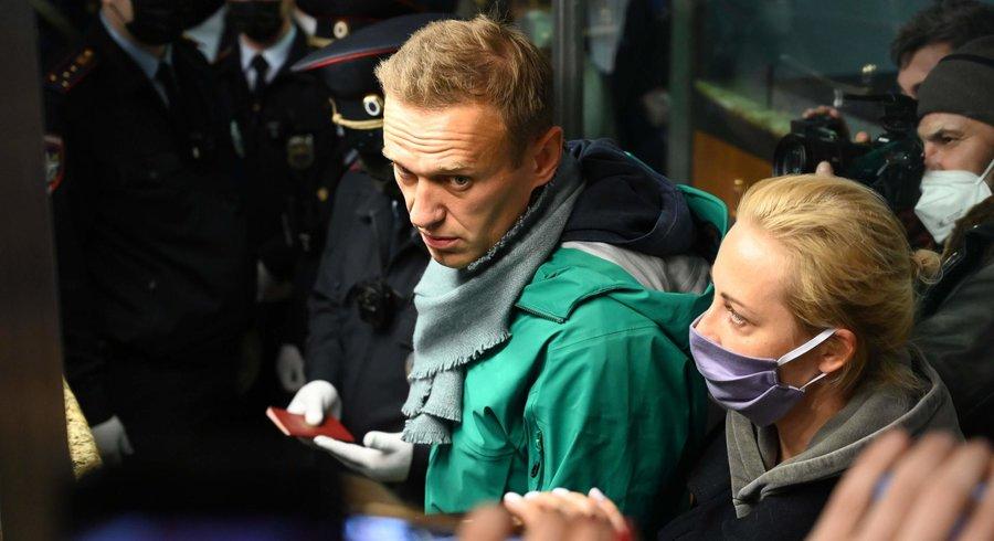 L'opposant russe Alexeï Navalny (au centre de l'image) et sa femme Yuria arrivés au contrôle de passeports de l'aéroport de Moscou, dimanche 17 janvier 2021. — © Kirill Kudryavstev-AFP Photo