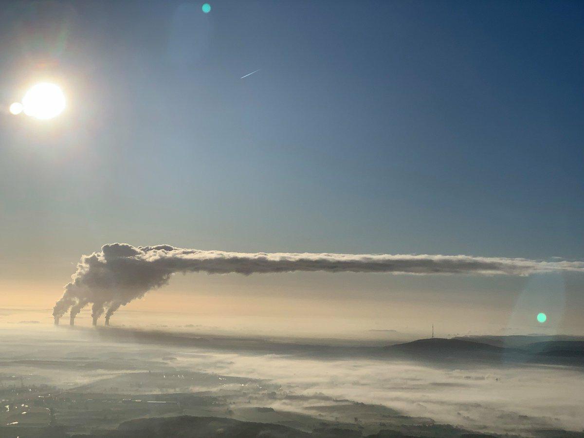 volutes Les panaches blancs de Cattenom flottent au-dessus de Dudelange au Luxembourg ...