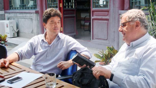 Xavier Richet aime beaucoup les hutong de Beijing. Chaque fois qu'il se rend en Chine, il séjourne dans un hôtel près de Nanluoguxiang. La photo le montre en 2008 avec un collègue à Houhai, à Beijing.