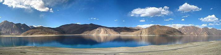 A_panoramic_view_of_the_Pangong_Tso_lake,_in_Ladakh