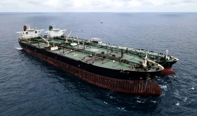 Cette photo aérienne prise le 24 janvier 2021 et diffusée par les garde-côtes indonésiens montre un pétrolier iranien et un navire panaméen saisis, soupçonnés de ...(Garde côtière indonésienne AFP