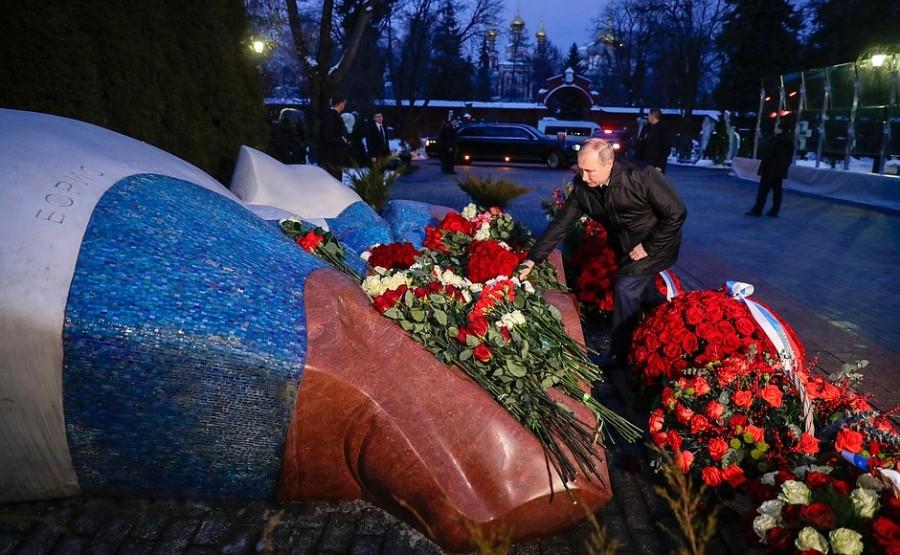 KREMLIN ELTSINE 1 SUR 5 À l'occasion du 90e anniversaire de Boris Eltsine, Vladimir Poutine a déposé des fleurs sur la tombe du premier président de la Russie au cimetière de Novodievitchi à Moscou.