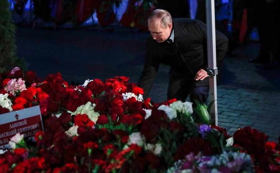 KREMLIN ELTSINE 4 SUR 5 À l'occasion du 90e anniversaire de Boris Eltsine, Vladimir Poutine a déposé des fleurs sur la tombe du premier président de la Russie au cimetière de Novodievitchi à Moscou.