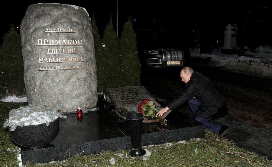 KREMLIN ELTSINE 5 SUR 5 À l'occasion du 90e anniversaire de Boris Eltsine, Vladimir Poutine a déposé des fleurs sur la tombe du premier président de la Russie au cimetière de Novodievitchi à Moscou.