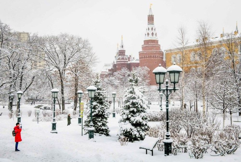 KREMLIN NEIGE a-tourist-enjoys-the-views-in-the-snow-covered-alexander-garden-outside-the-kremlin-during-a-heavy-snowfall-in-moscow-on-january-31-2018_6013766