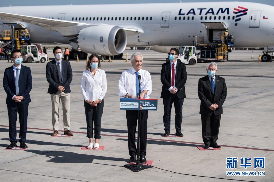 Le président chilien Sebastian Pinera prononce un discours à l'occasion de l'arrivée des vaccins chinois, le 28 janvier, à l'aéroport international de San Diego