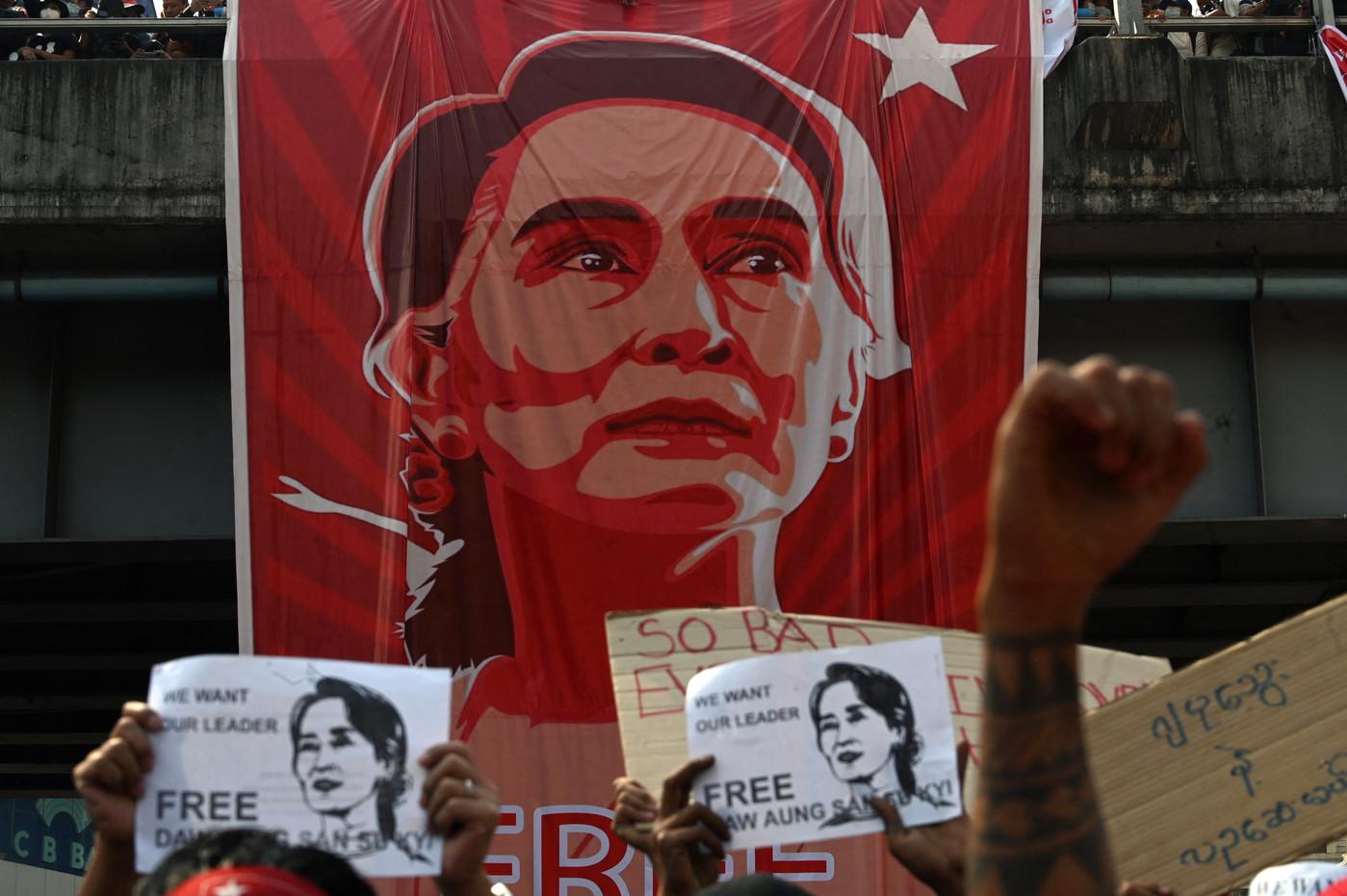 manifestants-demandent-liberation-retour-Aung-San-Suu-Kyi-9-fevrier-2021-Yangon-Birmanie_0_1399_931